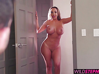 Hot babes Cassidy Banks with the addition of Richelle Ryan sharing a big cock